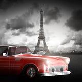 Effel torn, Paris, Frankrike och retro röd bil Arkivbild