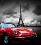 Effel torn, Paris, Frankrike och retro röd bil svart white Fotografering för Bildbyråer