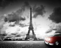 Effel torn, Paris, Frankrike och retro röd bil Royaltyfri Fotografi