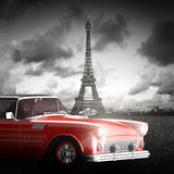 Effel-Turm, Paris, Frankreich und Retro- rotes Auto Stockfotografie