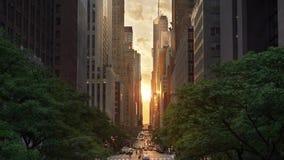 Effet cinématographique de coucher du soleil de New York City Manhattanhenge banque de vidéos