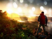 Effet de film L'enthousiaste heureux de photo apprécient la photographie de l'aube de chute en nature sur la falaise sur la roche Photographie stock