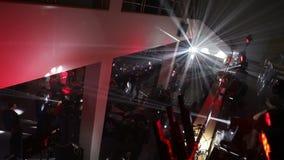 Effet et réflexion bleus de boule de disco sur le mur La rotation de boule de disco, partie allume la boule de disco dans le club banque de vidéos