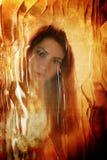 Effet sale rayé sur le visage de fille de photo derrière le verre sale Photos stock