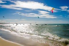 Effet surexposé avec des surfers de cerf-volant appréciant la mer photos stock