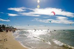 Effet surexposé avec des surfers de cerf-volant appréciant la mer photo stock