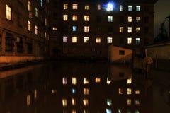 Effets de maison d'inondation et de nuit photographie stock libre de droits