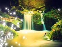 Effetto astratto Le rapide sulla piccola torrente montano fra il basalto muscoso oscilla Onde di acqua vaghe Fotografie Stock