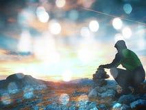 Effetto del grano del film L'uomo adulto solo sta immagazzinando la pietra alla piramide Sommità della montagna delle alpi, Fotografia Stock