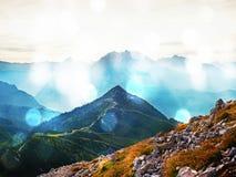Effetto del grano del film Montagne delle alpi in foschia delicata e nell'alta umidità dell'aria Fotografia Stock
