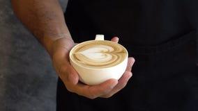 Effetto del latte sulla superficie del cappuccino o del caffè stock footage