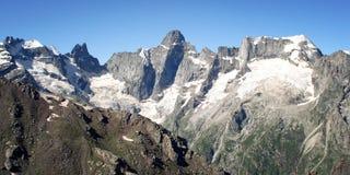 Effetto dell'annata delle alte montagne Vista di retro foto dei picchi distanti Immagini Stock Libere da Diritti