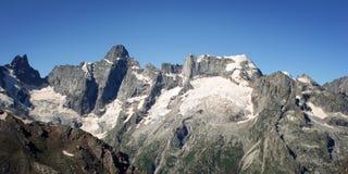 Effetto dell'annata delle alte montagne Vista di retro foto dei picchi distanti Immagine Stock Libera da Diritti