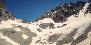 Effetto dell'annata delle alte montagne Vista di retro foto dei picchi distanti Immagine Stock