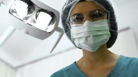 Effetto dentario aspettante di anestesia del dentista femminile, preparazione per chirurgia fotografia stock