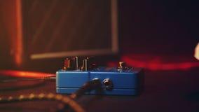 Effetto di disegno del video musicale della mano scribble Pedali della chitarra ed il piede del musicista che spilla su per i suo stock footage