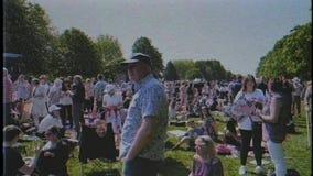Effetto di VHS sopra la folla durante le nozze reali video d archivio