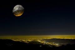 Effetto a forma di stella sopra una città alla notte. Immagine Stock