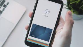 Effettuare pagamento online sicuro facendo uso dello smartphone video d archivio