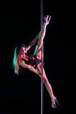 Effettuazione attraente del danzatore del palo della donna Fotografia Stock Libera da Diritti