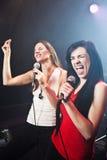Effettuazione dei cantanti femminili Fotografia Stock Libera da Diritti