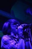 Effettuazione del cantante femminile in tensione Fotografia Stock Libera da Diritti