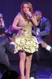 Effettuazione di Mariah Carey in tensione. immagini stock