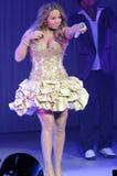 Effettuazione di Mariah Carey in tensione. immagine stock
