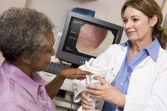effettuazione paziente di laringoscopia del medico Immagine Stock Libera da Diritti