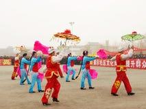 Effettui il ballo tradizionale Yangge nella neve Immagini Stock