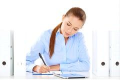 Efficiënte onderneemster die bij haar bureau werken Stock Foto