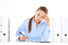 Efficiënte onderneemster die bij haar bureau werken Stock Afbeeldingen