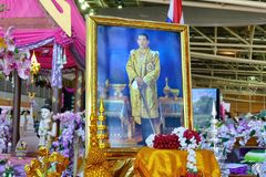 Effigie thaïlandaise du Roi Rama X derrière l'autel sur l'affichage photos libres de droits