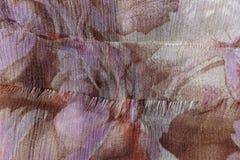 Effilochage du bord du tissu beige de mousseline de soie Photos libres de droits