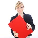 Effiziente Geschäftsfrau mit rotem Klemmbrett Lizenzfreies Stockfoto