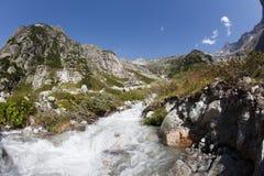 Effluisca nelle montagne svizzere durante l'estate Immagini Stock