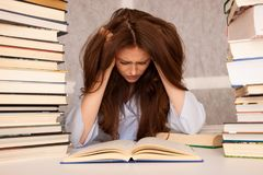 Effort attrayant d'undre d'étudiante de jeune femme tout en studiing pour e photographie stock