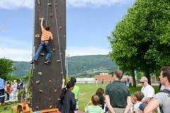 Effort d'un garçon en escaladant un mur images libres de droits