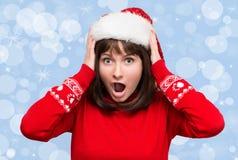 Effort de Noël - femme occupée utilisant le chapeau de Santa soumettant à une contrainte pour le ch photographie stock libre de droits