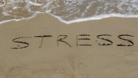 EFFORT sur le sable avec des vagues banque de vidéos
