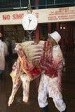 Effrayez la carcasse sur l'échelle étant pesée à l'abattoir de Nyongara à Nairobi, Kenya, Afrique images stock