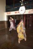 Effrayez la carcasse sur l'échelle étant pesée à l'abattoir de Nyongara à Nairobi, Kenya, Afrique image stock