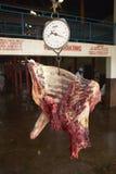 Effrayez la carcasse sur l'échelle étant pesée à l'abattoir de Nyongara à Nairobi, Kenya, Afrique photos libres de droits