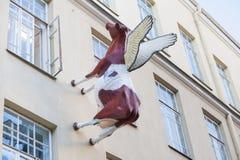 Effrayez la sculpture sur le mur de la maison image libre de droits