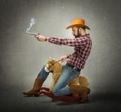 Effrayez le cheval d'équitation de garçon et tiré avec l'arme à feu photos stock