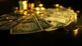 Eficacia de la gestión Pilas de notas de oro del dólar de las monedas sobre fondo negro Éxito del negocio de las finanzas, invers almacen de video