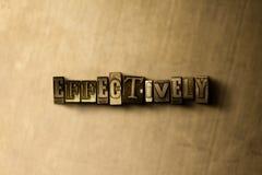 EFICAZMENTE - o close-up do vintage sujo typeset a palavra no contexto do metal foto de stock