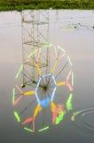 Eflection de la luz de la decoración en feria de diversión sobre el agua Foto de archivo libre de regalías