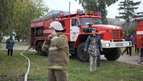 Efremovskay gata, Mtsensk, Ryssland, 2017 05 10 Ledare - katastrof Arbete för brandlastbil på branden stock video