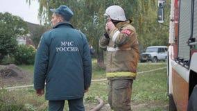 Efremovskay gata, Mtsensk, Ryssland, 2017 05 10 Ledare - katastrof Arbete för brandlastbil på branden arkivfilmer